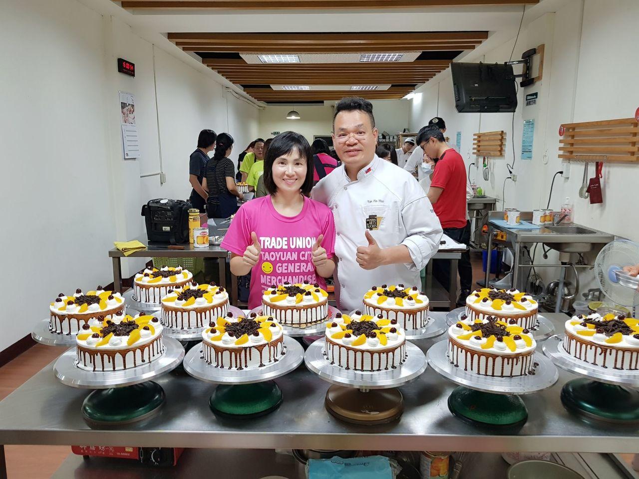 桃園市百貨食品銷售員職業工會為提前慶祝父親節,今日舉辦手作父親節蛋糕活動,不少會...