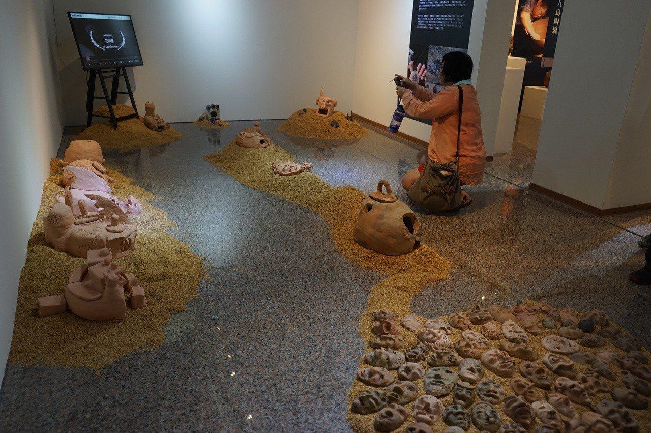 花蓮國際柴燒藝術祭今起在文化局美術館登場,花蓮高中也有作品展出。記者王燕華/攝影