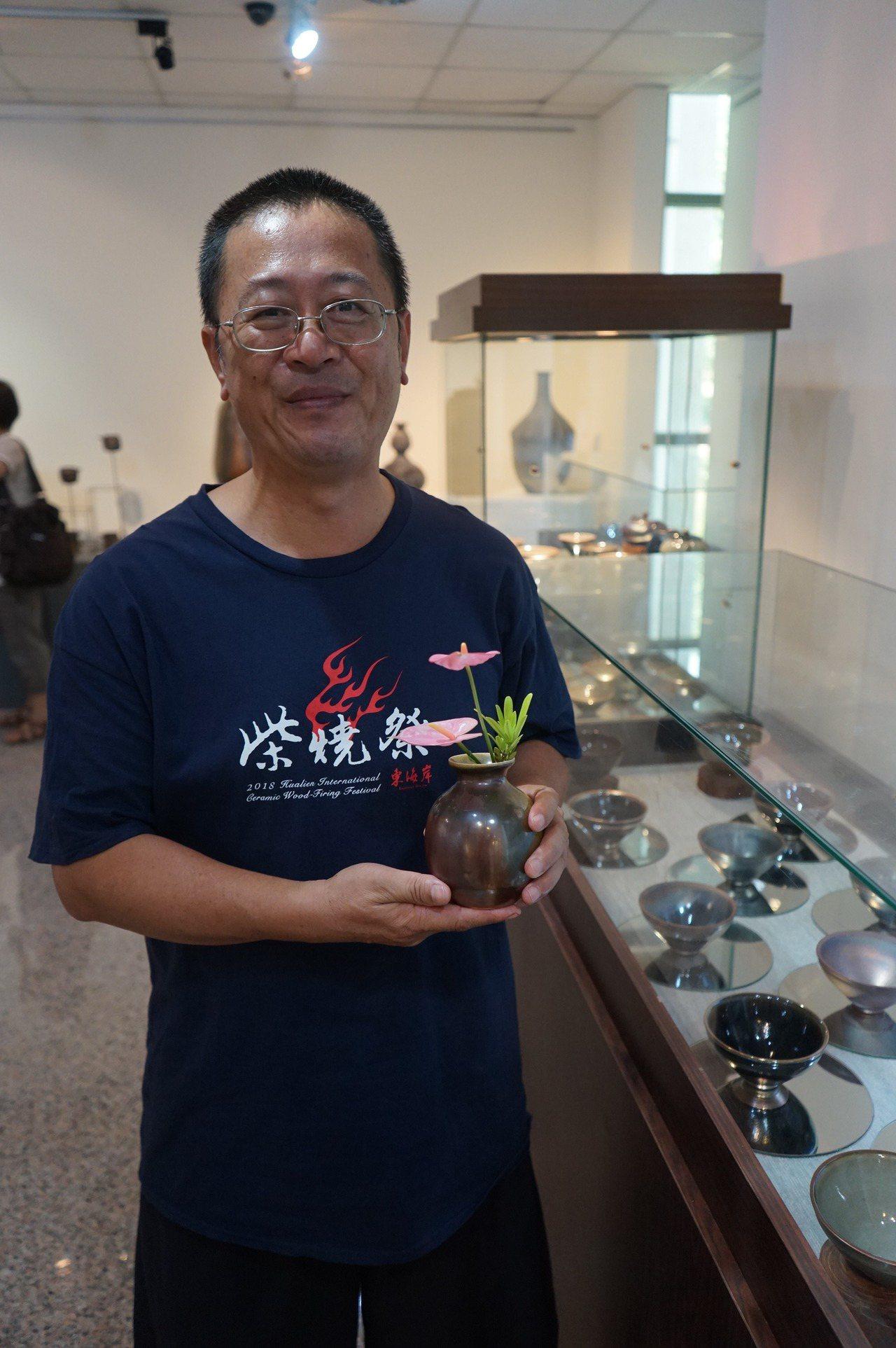 退休國小老師翁念叔,因為愛喝茶投入陶藝創作,一頭栽入柴燒窯的天地。記者王燕華/攝...