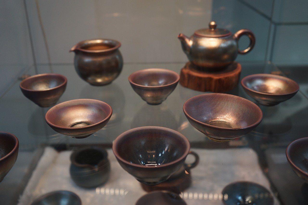 愛喝茶的翁念叔,柴燒窯作品以茶具為主,他用花蓮在地無毒素材入釉,呈現特殊的光澤。...
