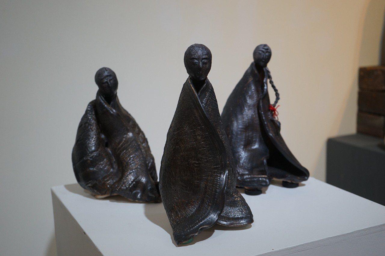 花蓮國際柴燒藝術祭在文化局美術館展出多件柴燒作品。記者王燕華/攝影