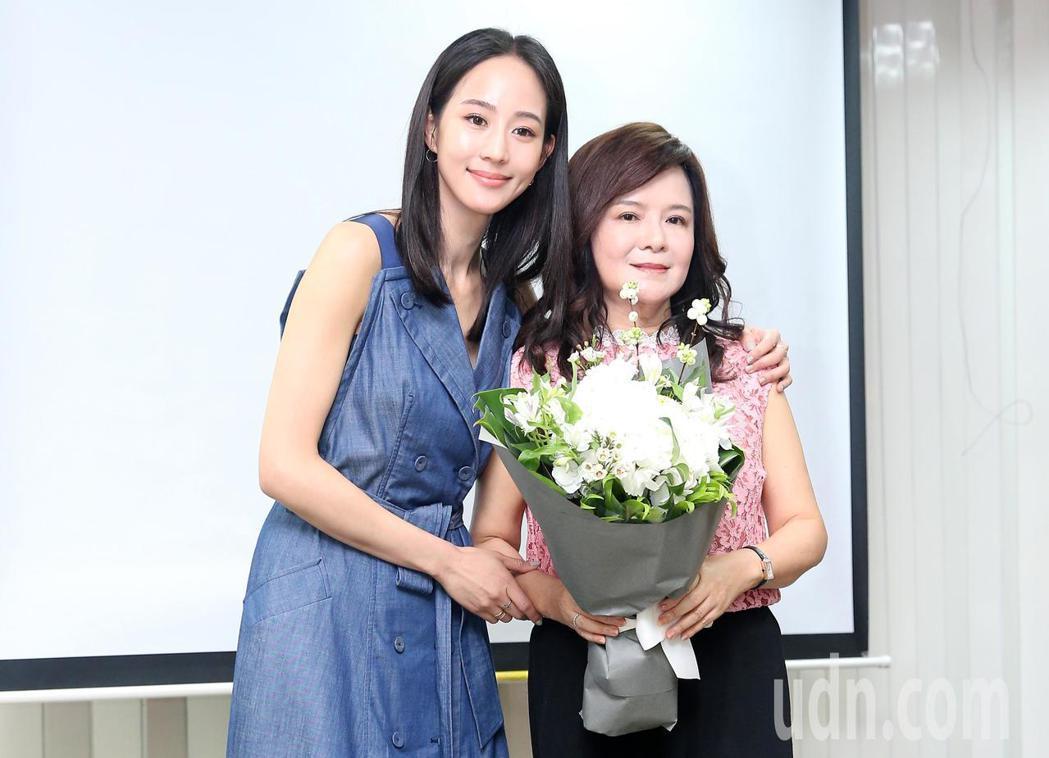 媽媽鄭如晴(右)發表新書,張鈞甯(左)獻花力挺。記者余承翰/攝影