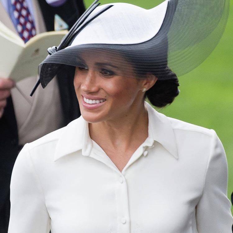 梅根出席皇家賽馬活動時配戴Birks Pétale系列黃金鑲鑽耳環,一身全白紀梵...