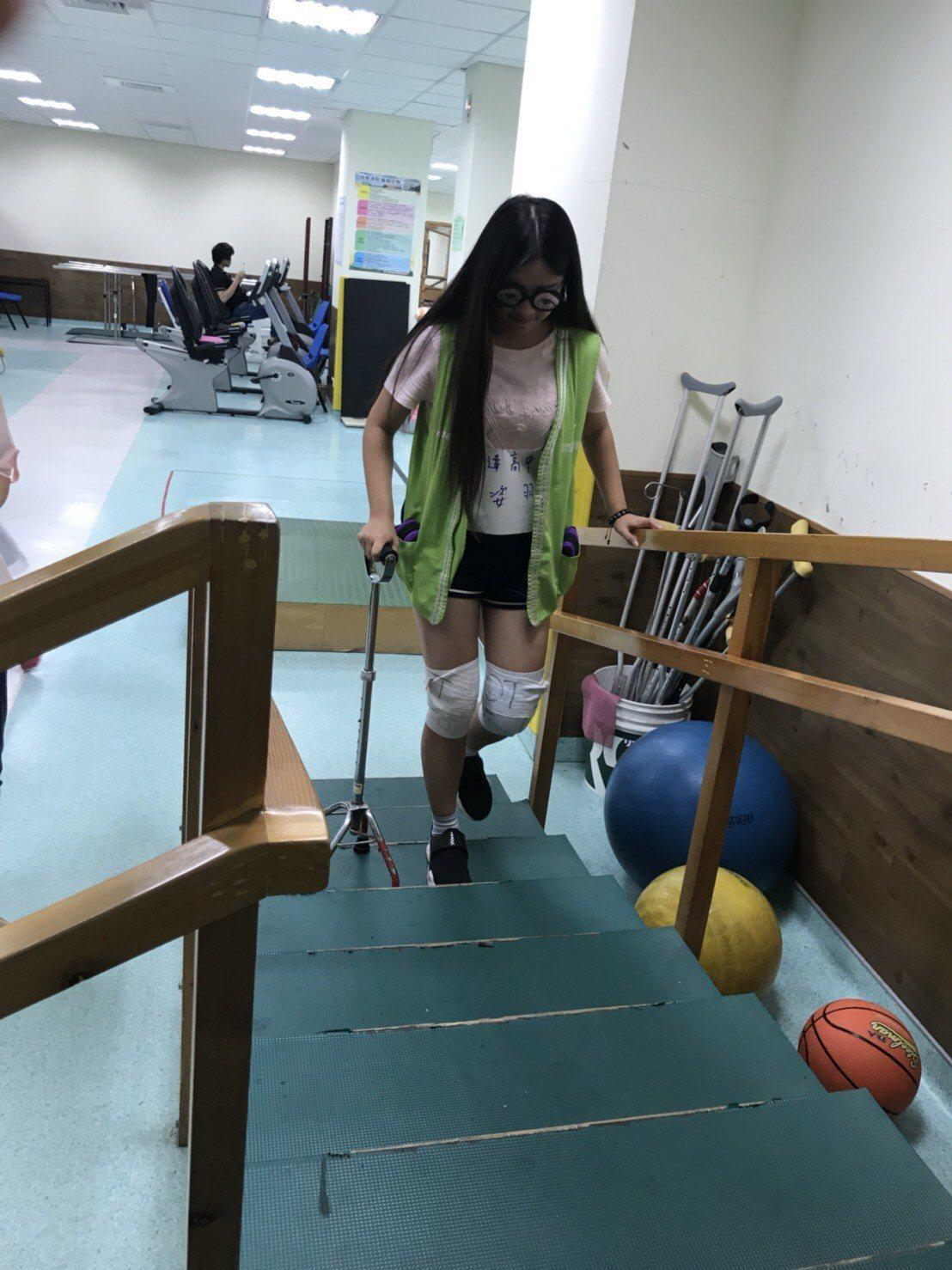 衛生福利部桃園醫院社區健康團隊,為讓孩童了解高齡長者生理結構變化,今日舉辦體驗活...