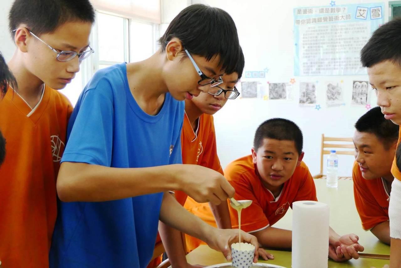 原斗國中夏日樂學活動,讓學生用在地特產葡萄、火龍果製作點心。圖/原斗國中提供
