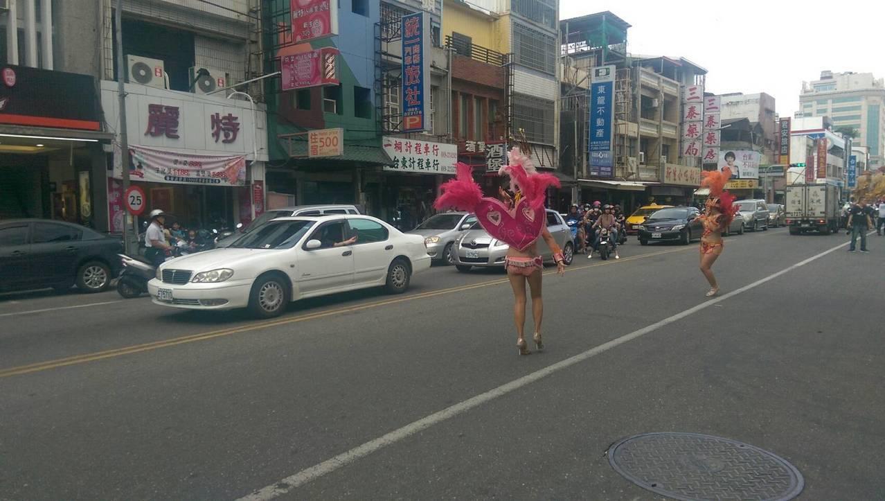 熱情奔放森巴舞配合節奏強烈的戰鼓打擊,吸引大批民眾在街道兩旁拍照,甚至車輛短暫小...