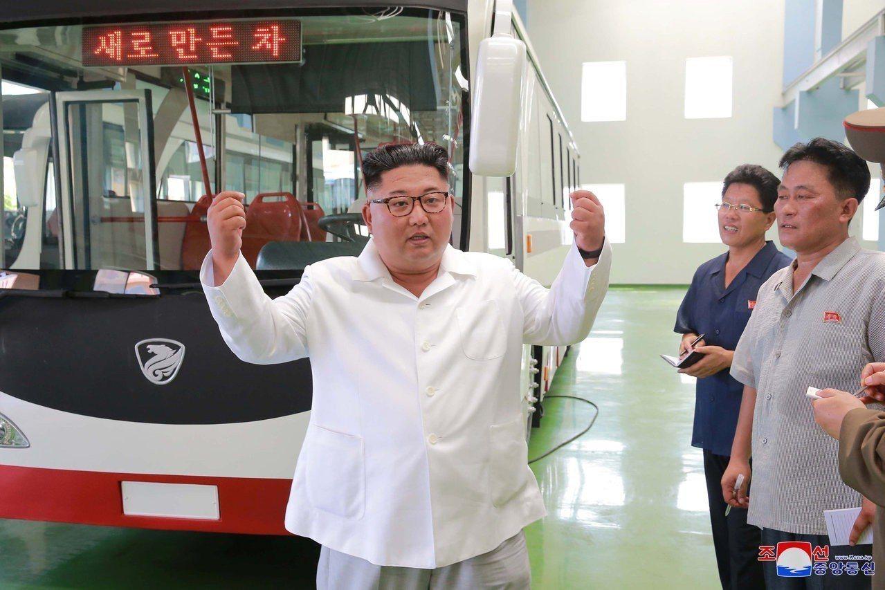 朝中社4日發布的照片顯示,北韓領導人金正恩在平壤視察新型電車。路透