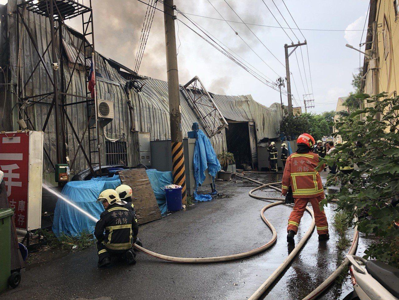 台中市北屯區太原路三段的汽車烤漆廠今天下午3時許傳出爆炸聲,火勢猛烈,延燒數戶,...