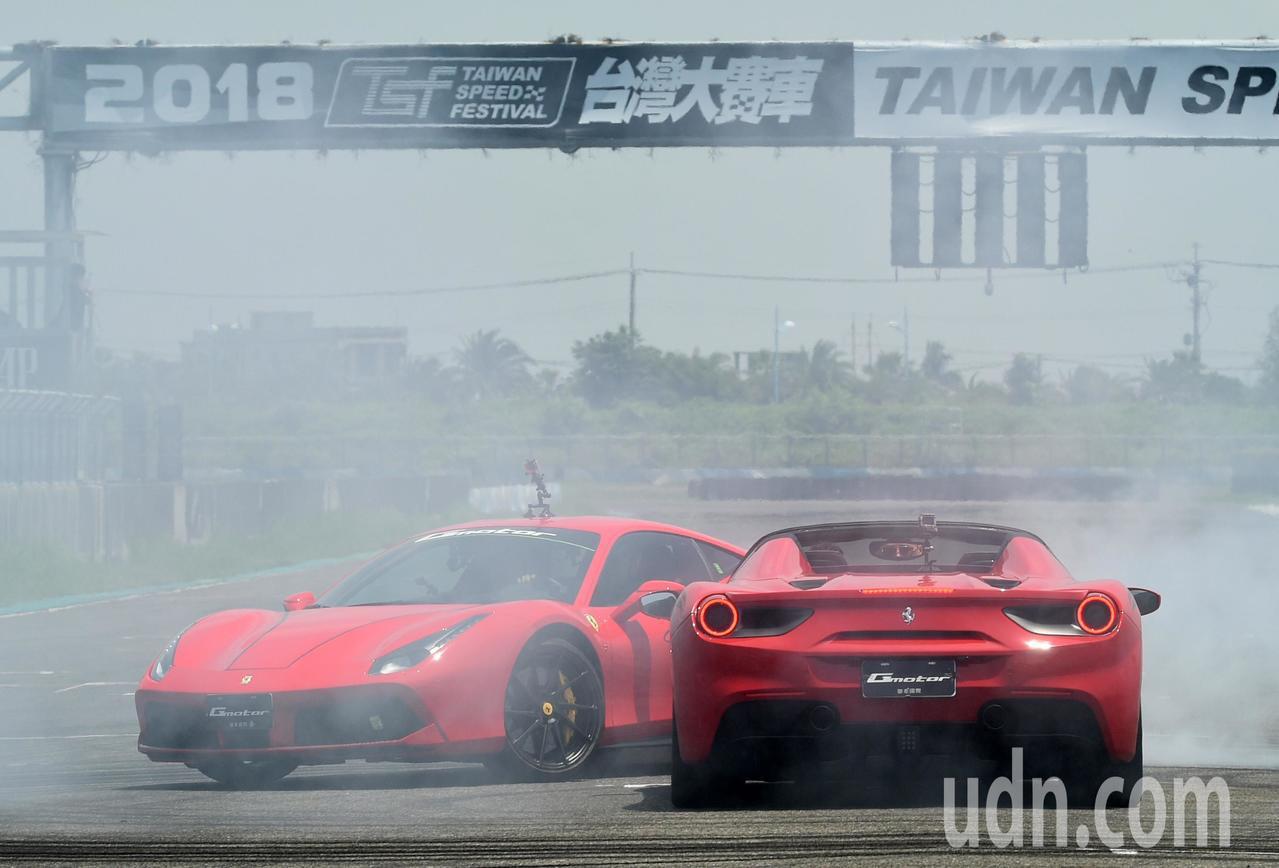 法拉利超跑在賽道內甩尾競速。記者劉學聖/攝影