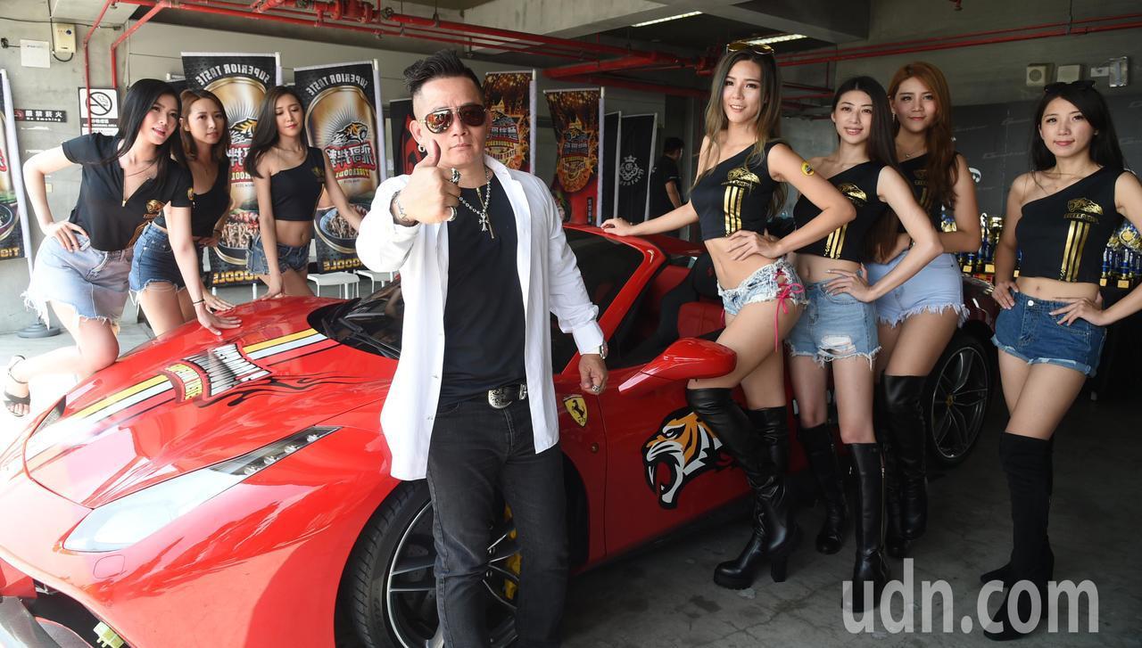 越南台商蔡銘道(左四)熱愛超跑,擁有6部法拉利及保時捷超跑,結合興趣行銷自家產品...
