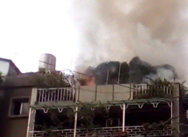台北市松山區一處民宅頂樓加蓋建築物大火。記者李承穎/翻攝