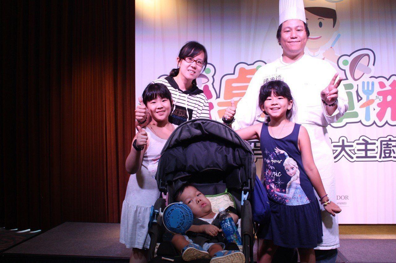 罕病兒睿睿的爸爸、身為電腦工程師的陳逸德(右上),換上廚師裝,為妻子與三名年幼子...