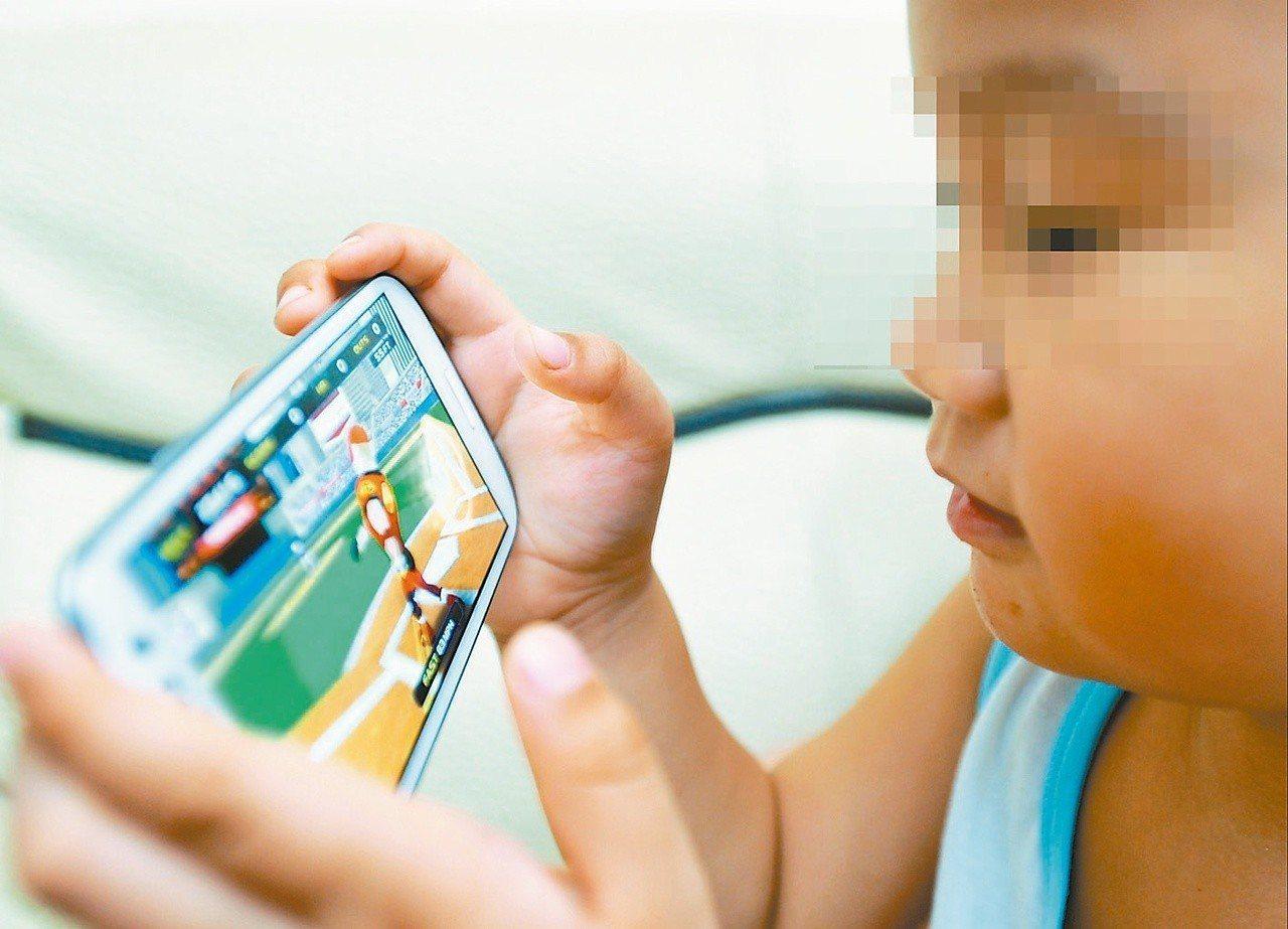 別將手機、平板電腦當成育兒保母!國健署調查,近4成5幼稚園小朋友放學後使用手機平...