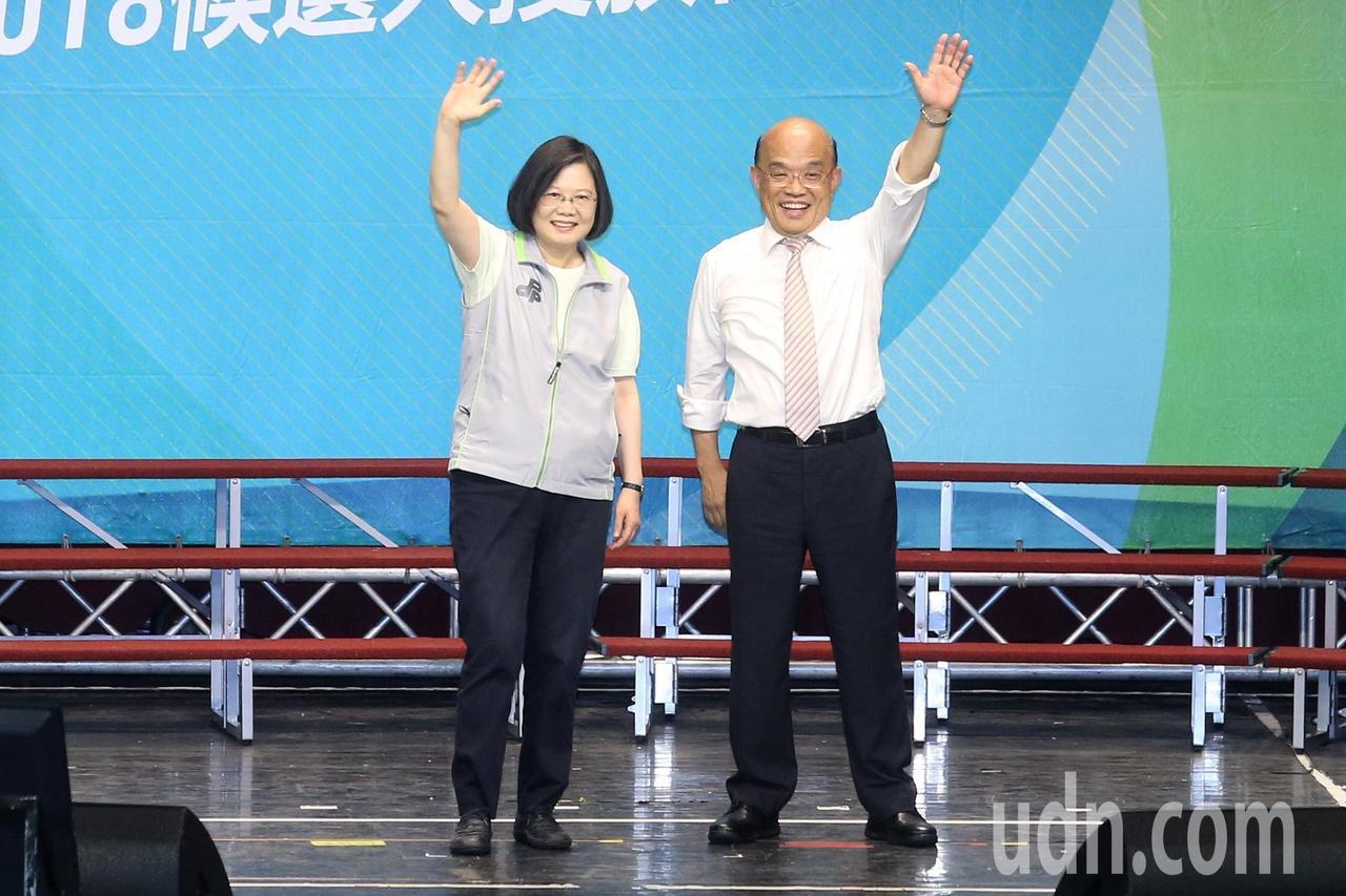 蔡英文總統(左)下午到新北市,幫黨內新北市長參選人蘇貞昌(右)站台造勢,她強調政...