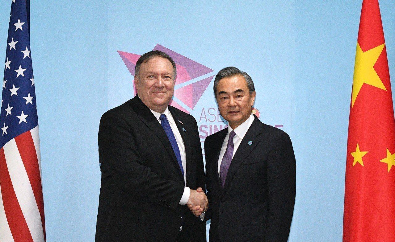 美國國務卿龐培歐(左)3日在新加坡會晤中國大陸外長王毅(右)。(新華社)