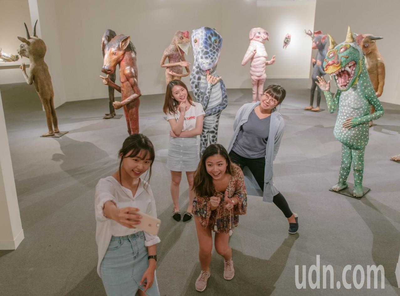 觀眾超享受自拍,融入藝術家許自貴的瘋狂世界!記者徐如宜/攝影