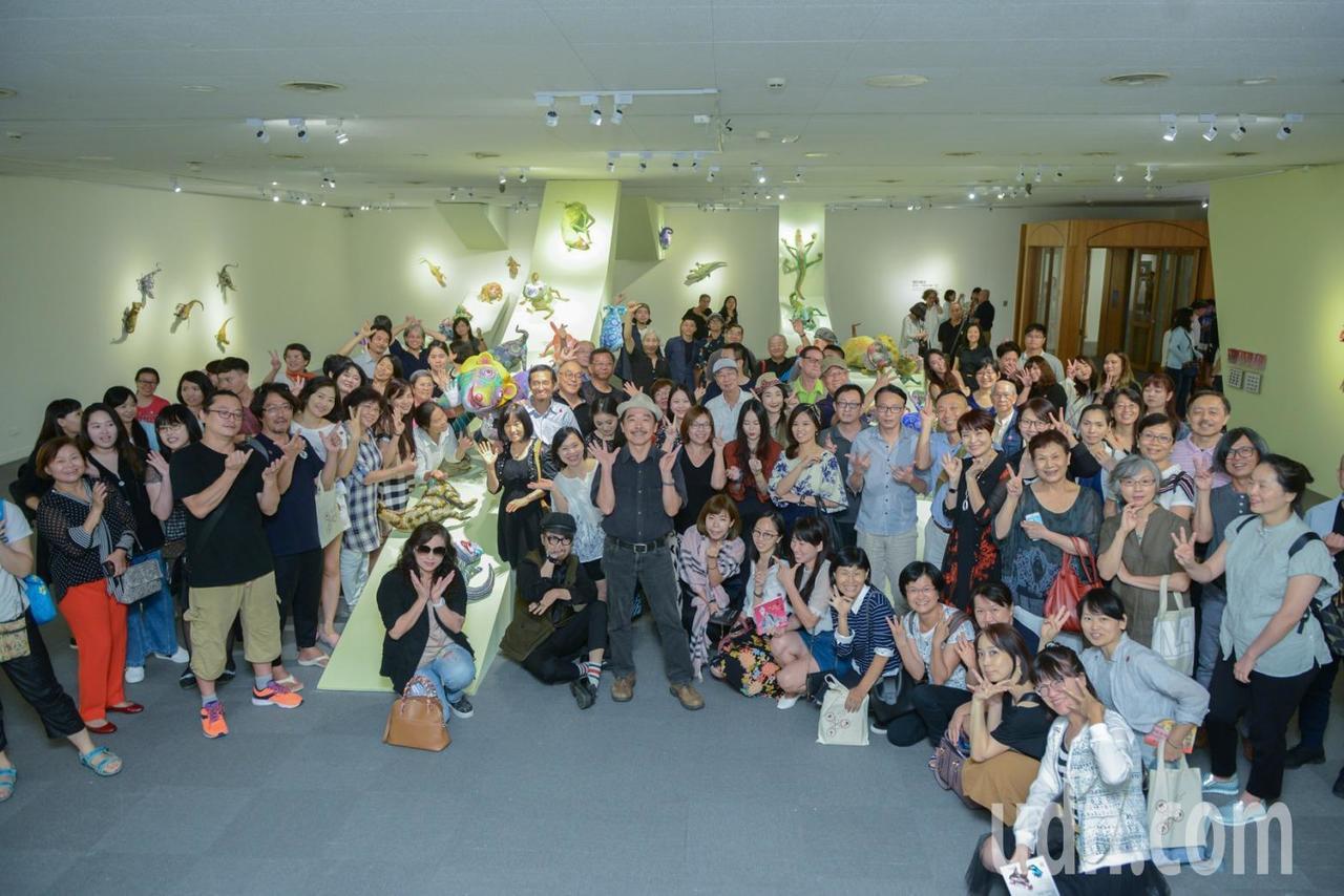 高雄市立美術館推出「左腦X右腦:許自貴的混世哲學」研究展,邀觀眾一起來體會阿貴的...