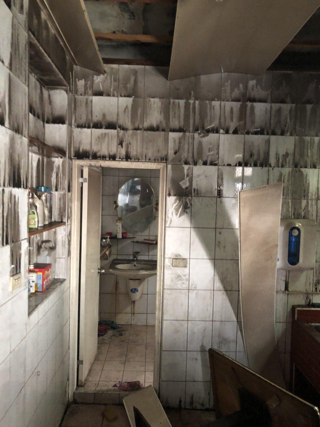 火警發生時,母子三人藏身廁所。記者袁志豪/翻攝