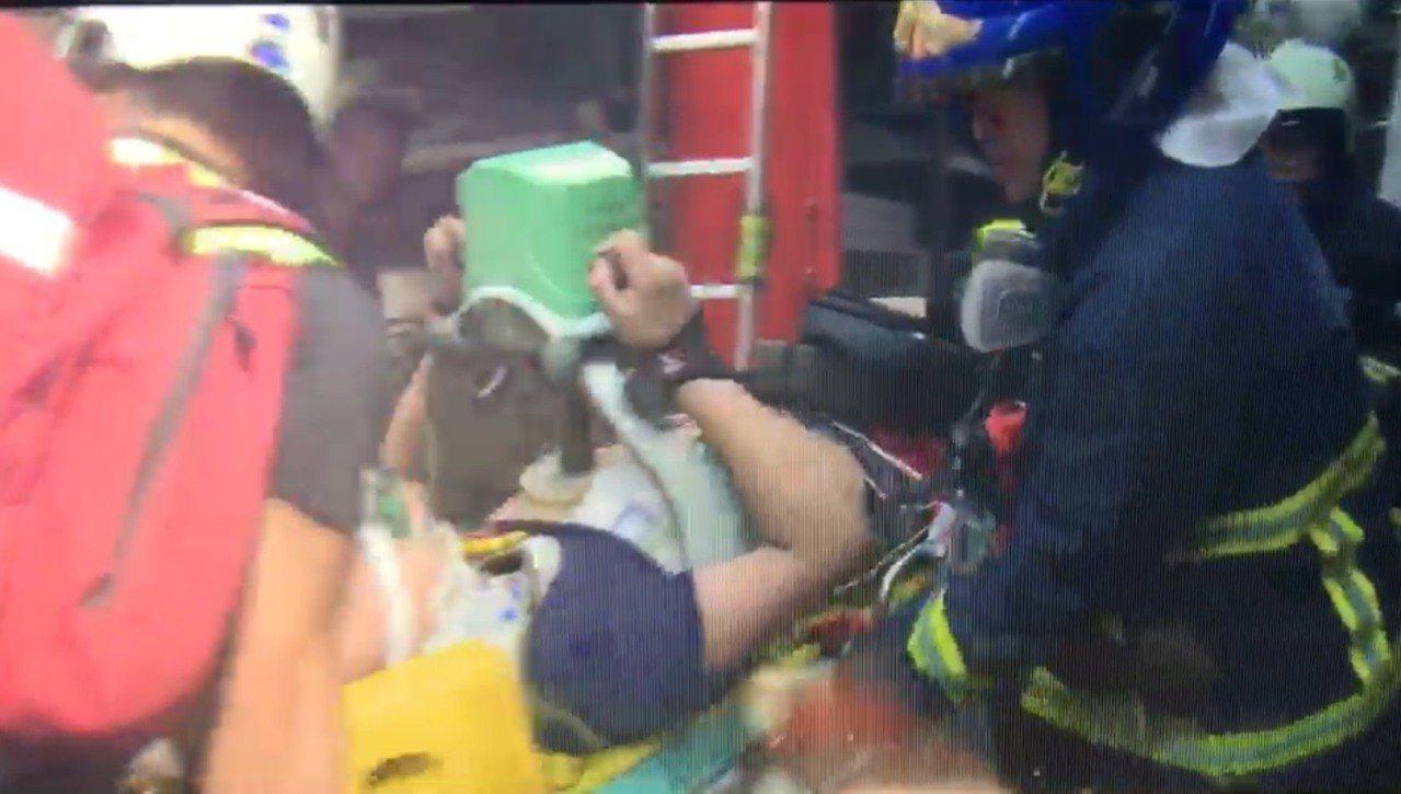 消防局救出三樓陳姓屋主的16歲大兒子,送醫後恢復生命跡象。記者袁志豪/翻攝