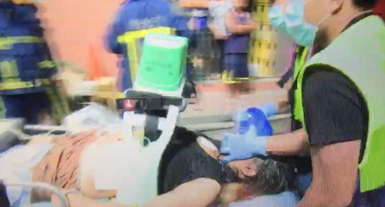 消防局救出三樓陳姓屋主的44歲陳姓妻子,送醫後宣告不治。記者袁志豪/翻攝
