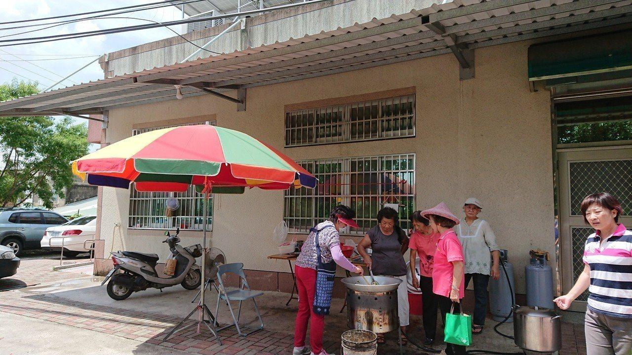 台南左鎮區榮和里在戶外屋簷下的克難廚房,開辦老人共餐。記者吳淑玲/攝影