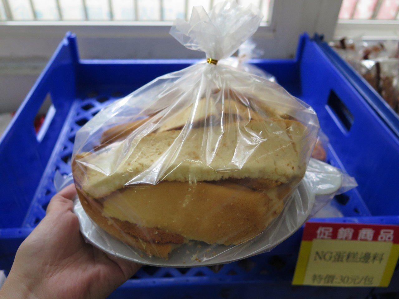 義美食品觀光工廠內烘焙坊陳設NG食品區,有餅乾、蛋糕、餐包等品項,外觀雖有缺損或...