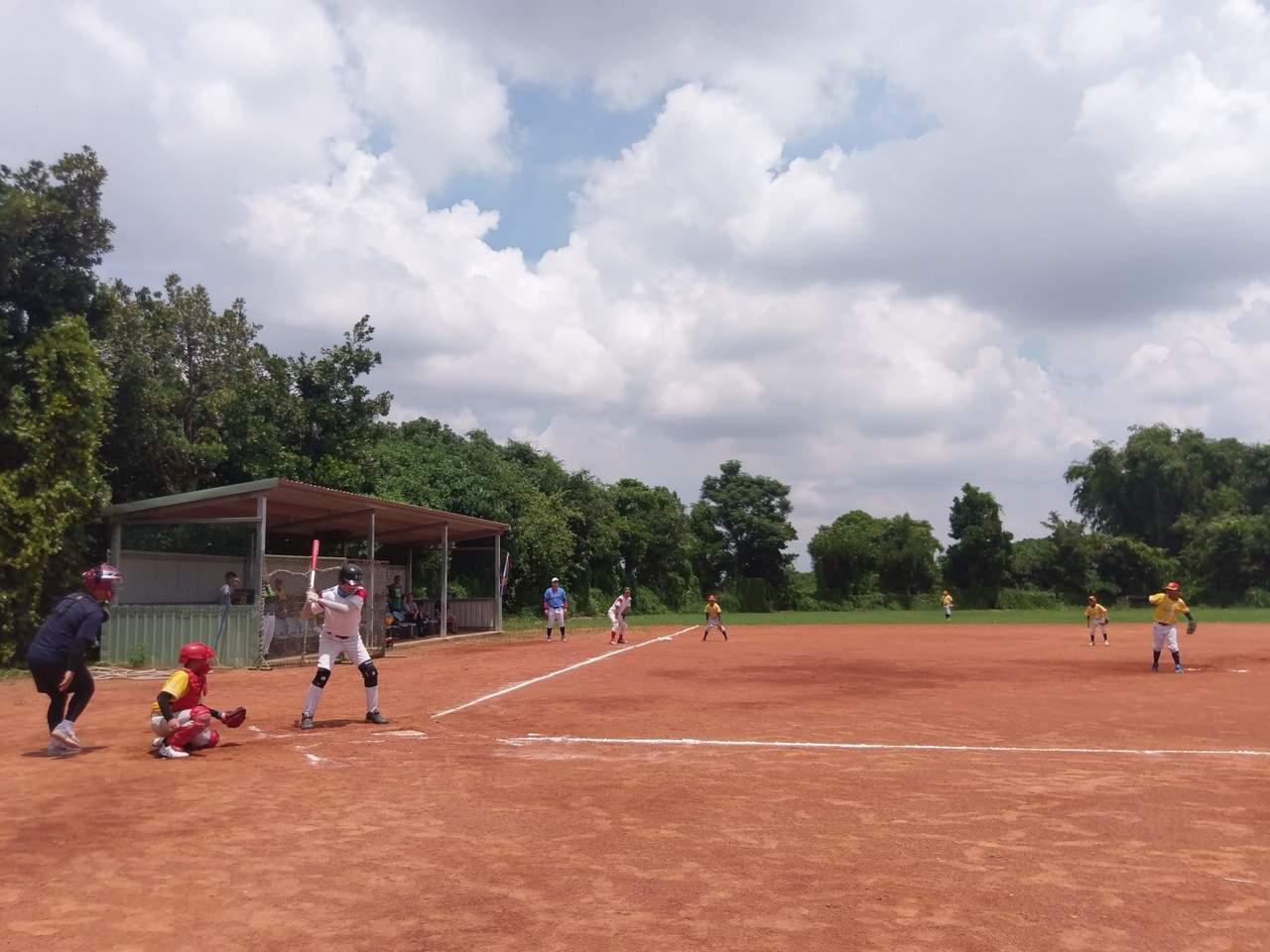 中強光電慢壘隊和秀林國小棒球隊友誼賽。圖/秀林國小提供