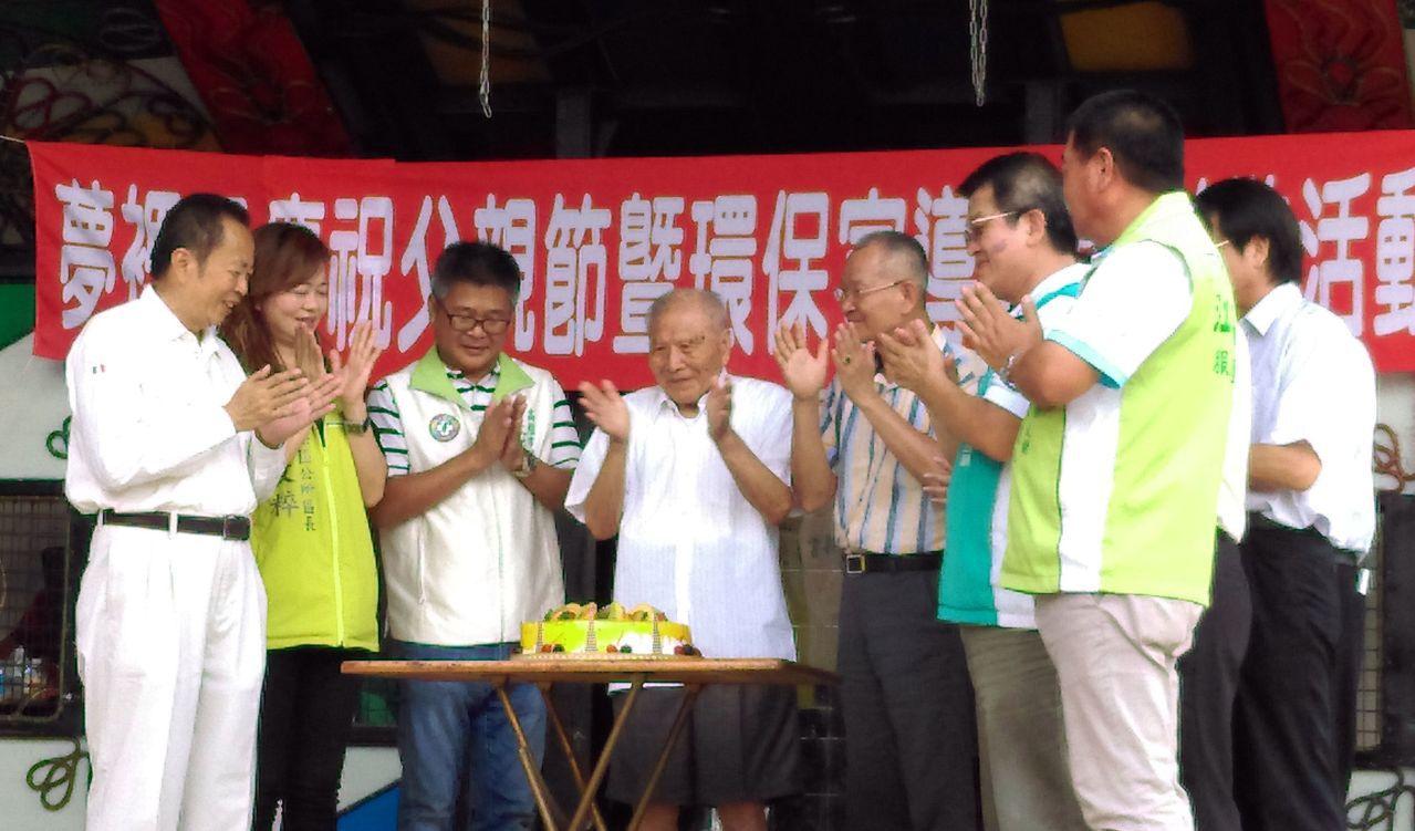 鳥松區表揚模範父親,大家切蛋糕慶祝。記者王昭月/攝影