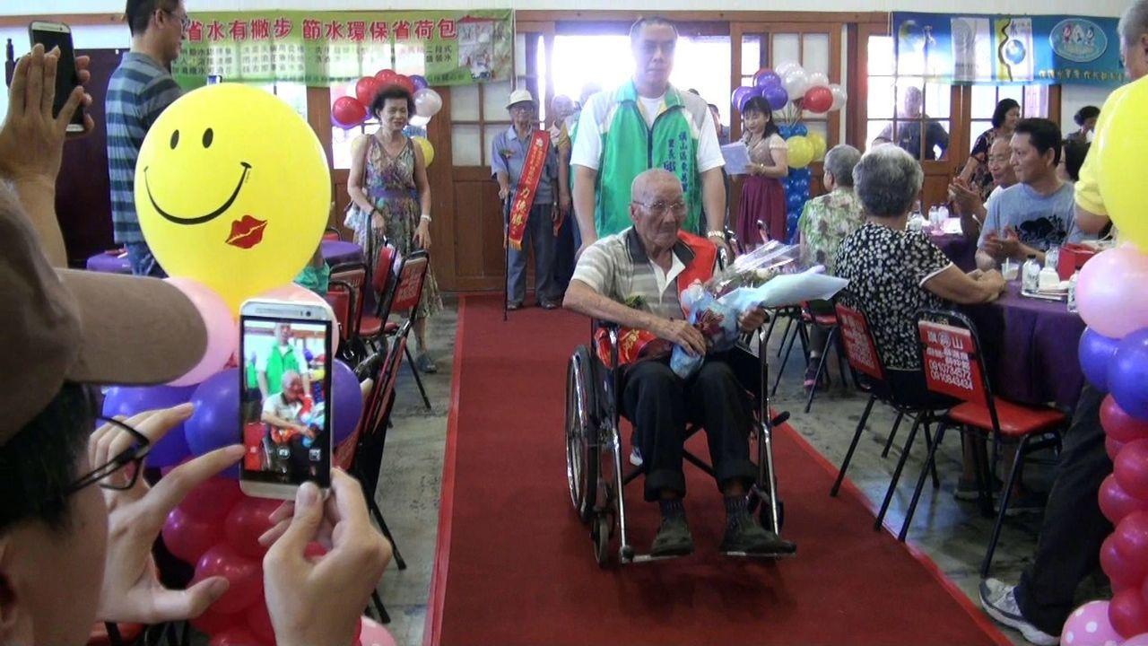 旗山區表揚模父親,由里長陪同里內推薦的父親,一同走「星光大道」。記者王昭月/攝影