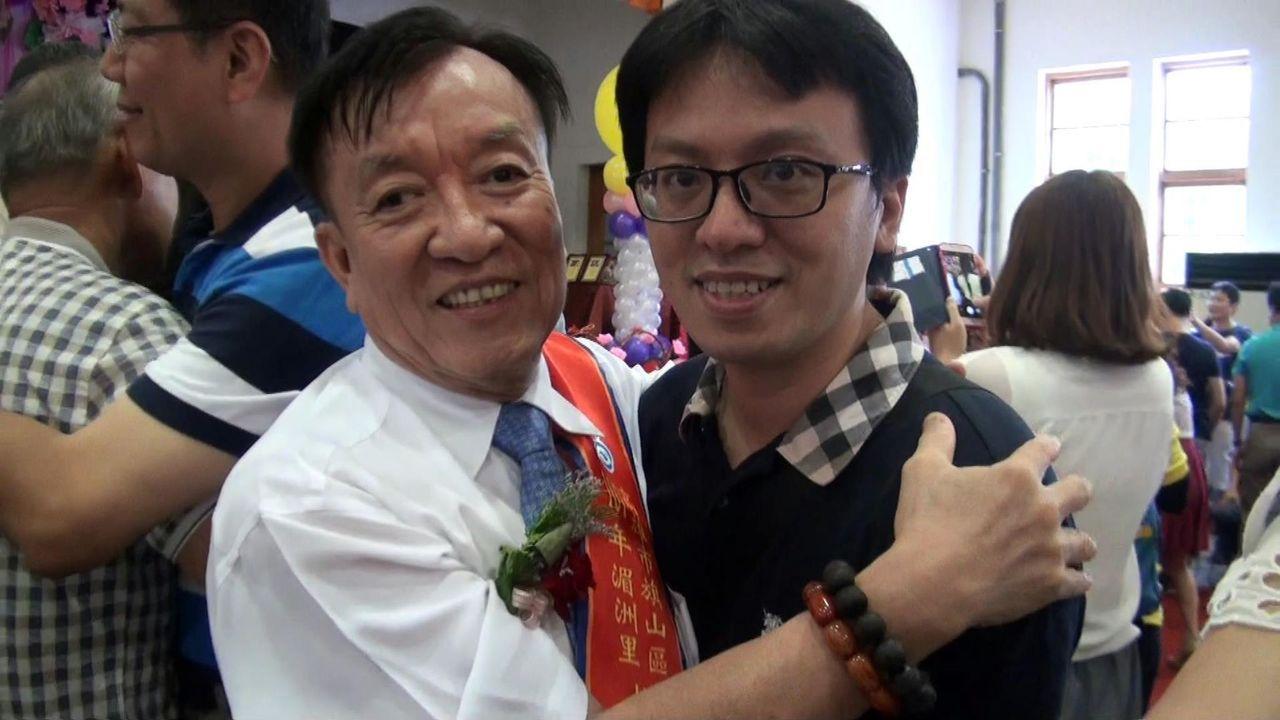 旗山湄洲里陳仁富(左)當選今年模範父親,剛好又逢生日,長子送上熱情擁抱。記者王昭...