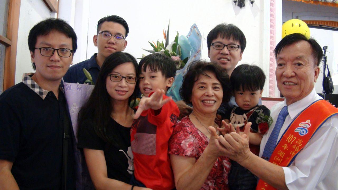旗山區湄洲里陳仁富模範父親(左一),全家到場慶祝。記者王昭月/攝影