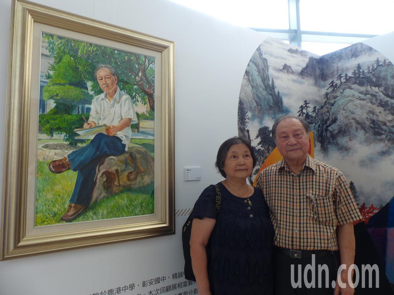83歲的藝術教育家郭煥材(中間格子襯衫)今天在彰化縣立美術館1樓舉辦「藝遊東西-...