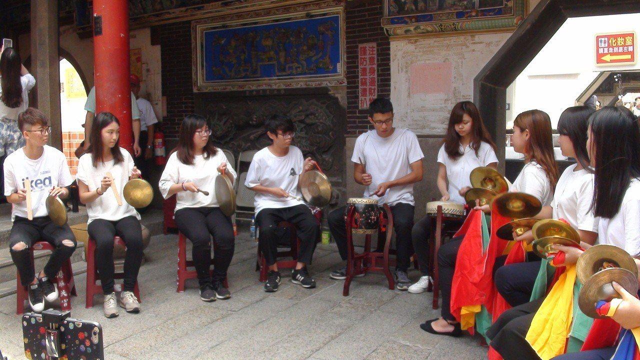 舞鳳軒指導的新生代嘉義大學外語系學生首場演出。記者謝恩得/攝影