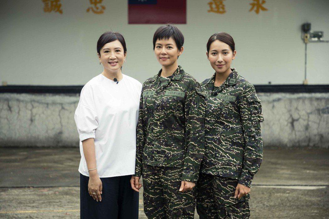 方念華(左起)到屏東龍泉軍營採訪「女兵日記」,劉香慈、楊晴受訪。圖/TVBS提供