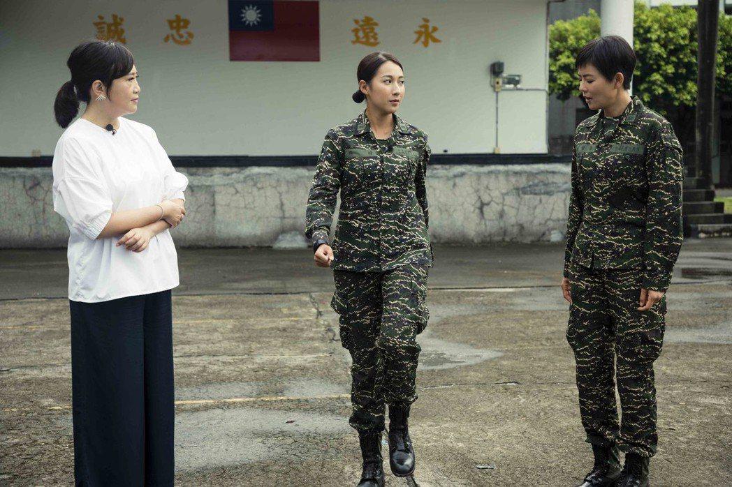 方念華(左起)到屏東龍泉軍營採訪「女兵日記」,楊晴、劉香慈現場做體能訓練。圖/T...