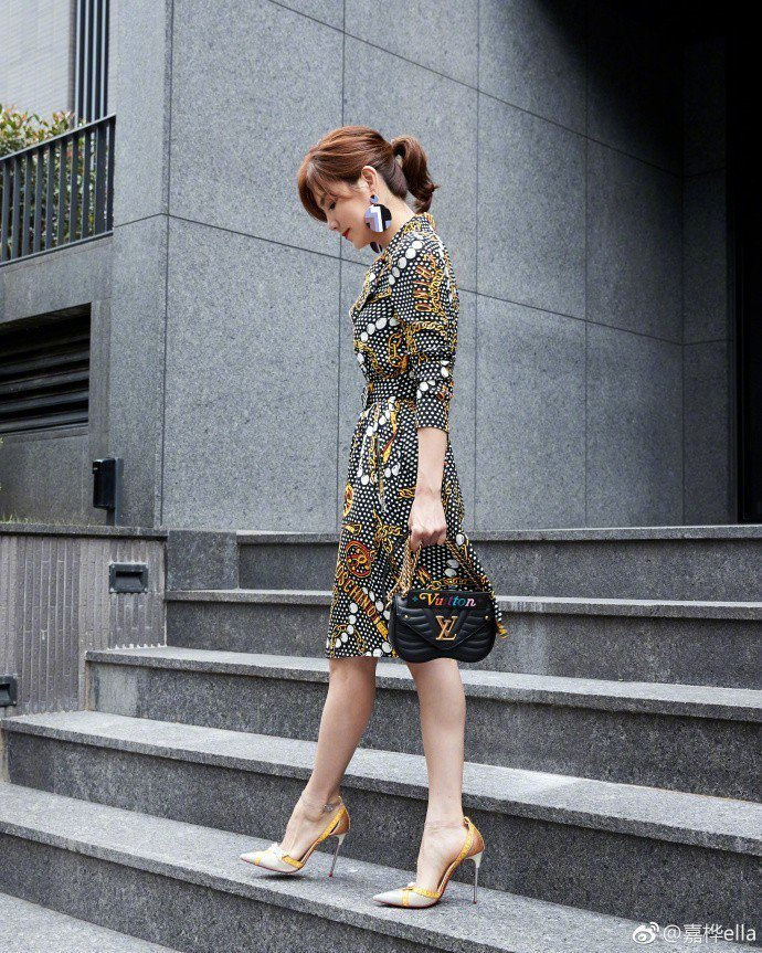 Ella陳嘉樺以繽紛洋裝搭襯黑色New Wave包款。圖/取自微博