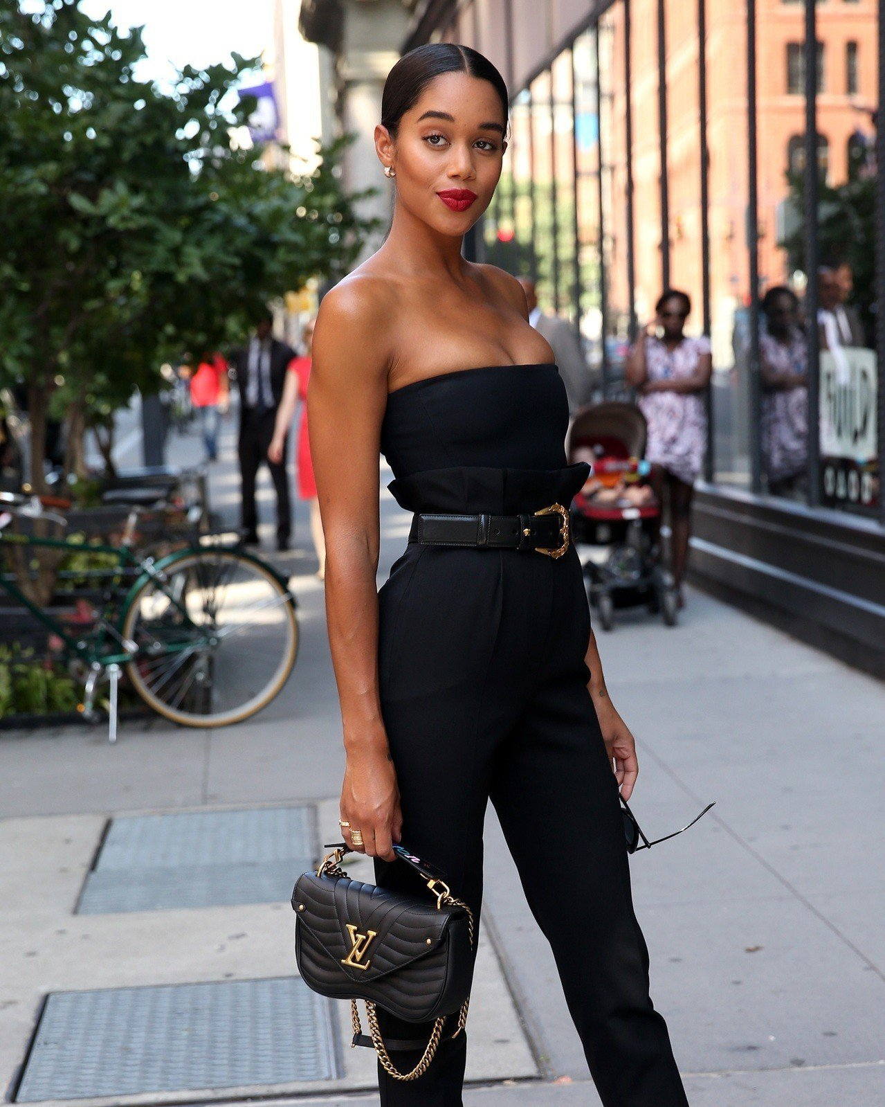 勞拉哈里爾褲裝搭襯New Wave包款性感而俐落。圖/LV提供