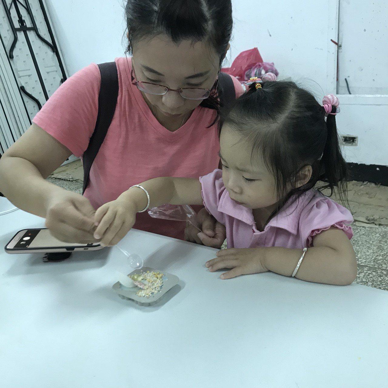 手作防蚊香磚親子講座課程,吸引不少親子報名參加。圖/張晉婷提供