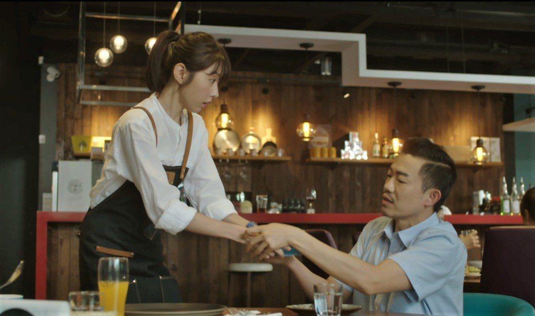 邵雨薇在劇中遇客人騷擾。圖/東森提供