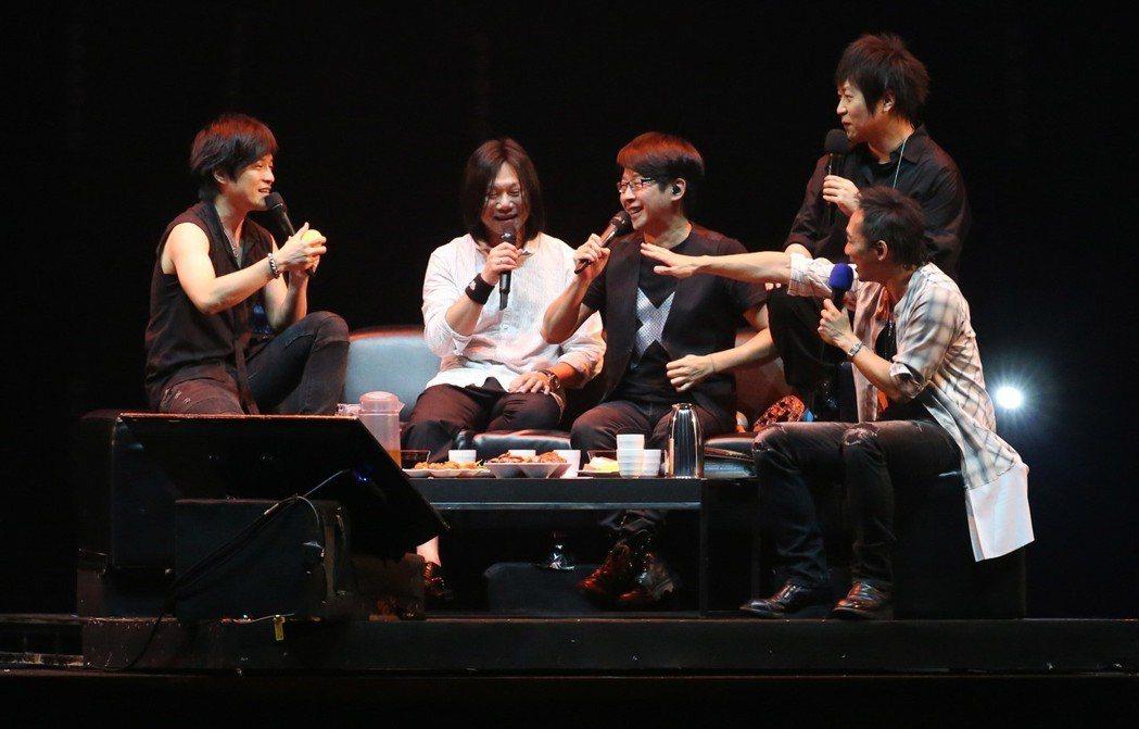 五月天坐在宛若KTV的包廂沙發開唱。記者林俊良/攝影
