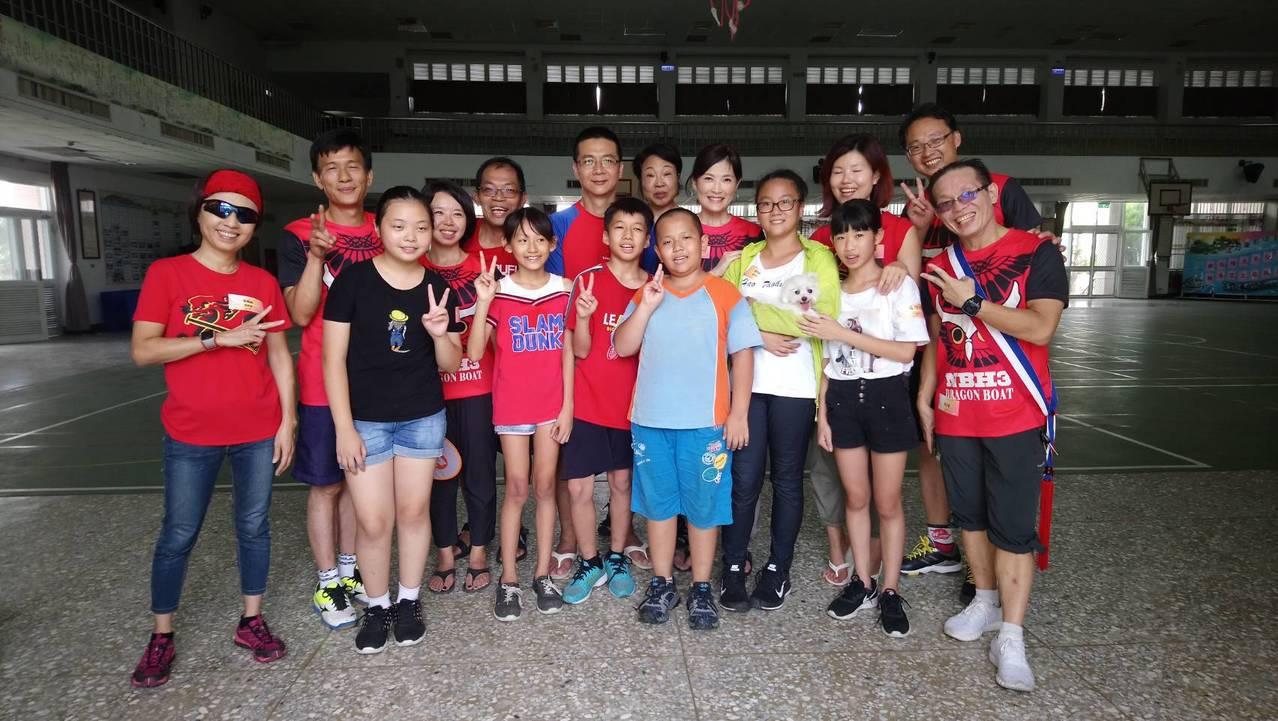 台北「暗光鳥慢跑團」志工,透過書信交筆友方式,與東石國小學生互動。記者卜敏正/攝...