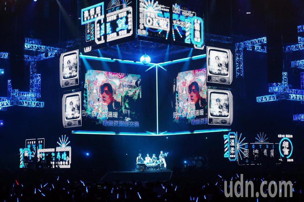 「超犀利趴」五月天當場舞台就擺設成KTV包廂。五人盡情投入一起合唱將私底下唱KT...