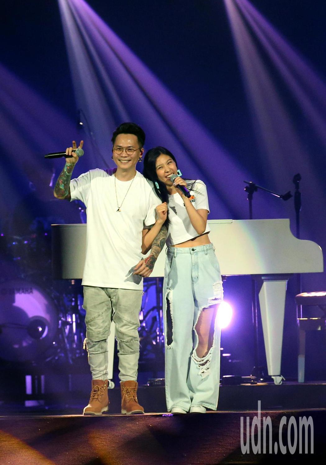 犀利趴 蕭秉治(左)、Erika 合唱 。記者林俊良/攝影