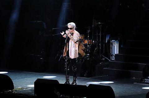 韓國「音源強盜」ZION.T今晚在台北國際會議中心開唱,吸引不少藝人朝聖。他現場玩起「KISS CAM」,隨機cue觀眾親親,最後選中一堆女性好友上台當幸運歌迷。攝影機鏡頭意外掃到棒棒堂的小祿、小傑...