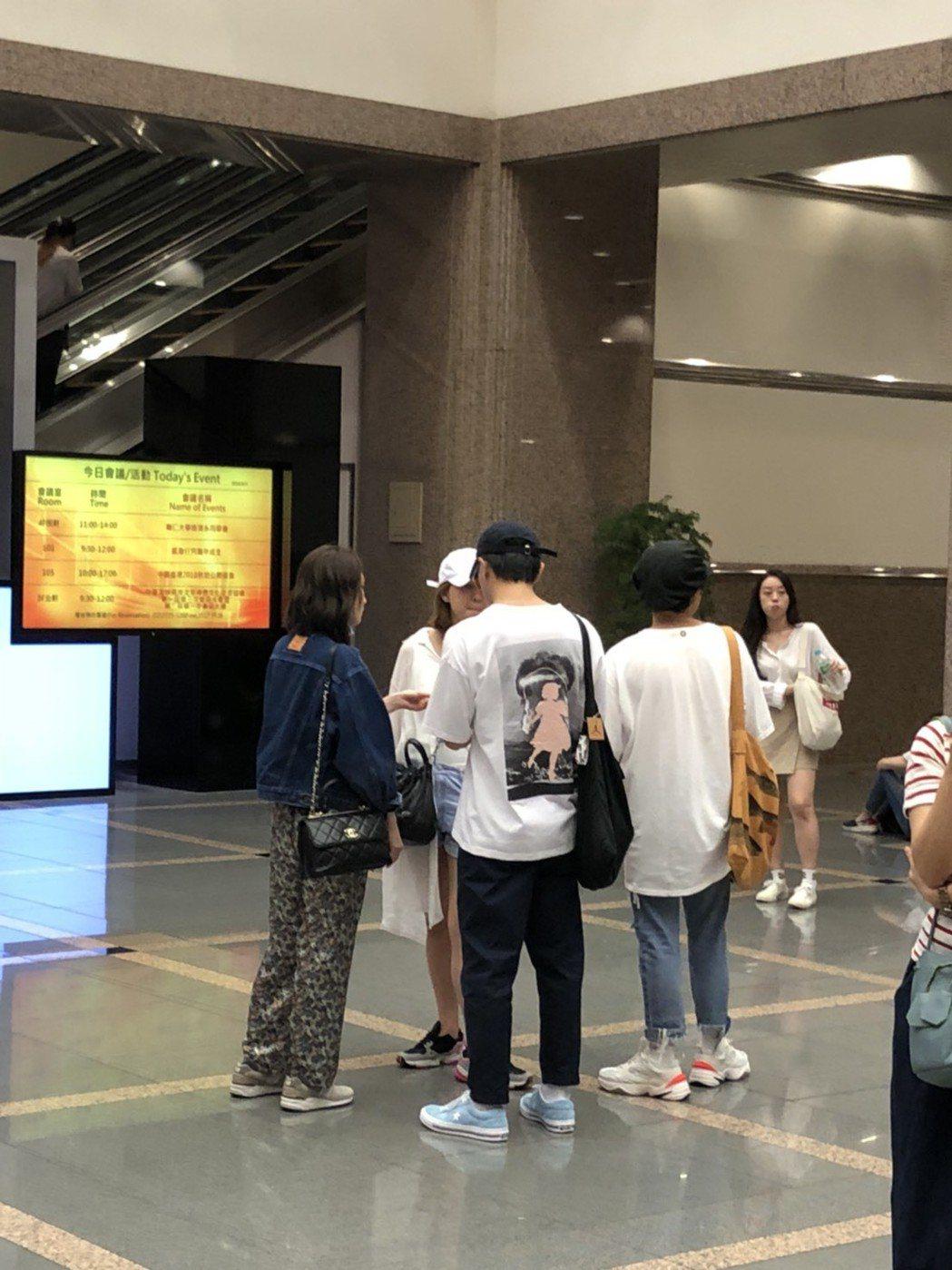 柯佳嬿和坤達在會場大廳集合。圖/讀者提供