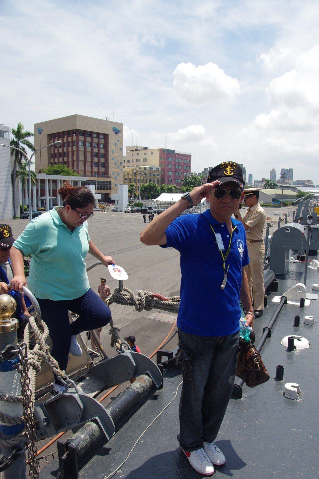 一行人轉往現役姊妹艦「中業」號參觀,在登艦時向艦艉國旗敬禮。記者程嘉文/攝影
