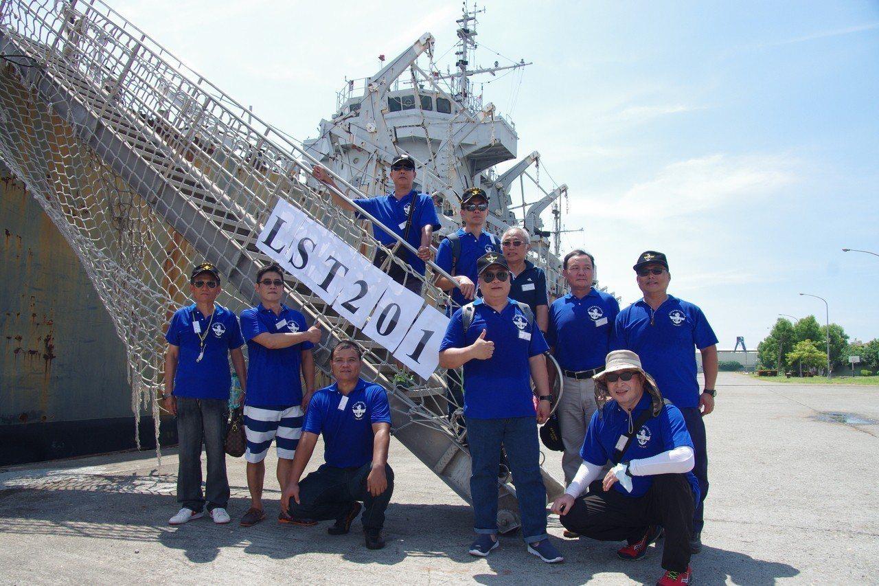 老兵們在中海艦梯口合影,特意掛上舷號「LST201」。記者程嘉文/攝影