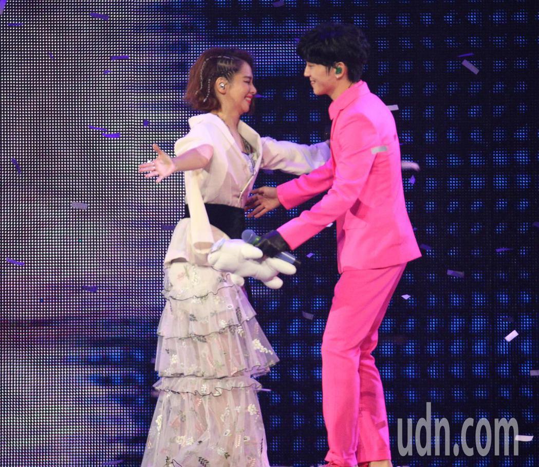 畢書盡今晚在高雄巨蛋舉辦演唱會,徐若瑄驚喜現身站台,兩人還在台上開心擁抱。記者劉...