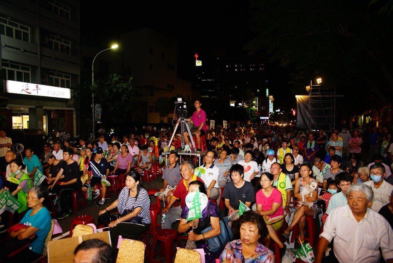 民進黨提名的彰化市長參選人林世賢今天晚間成立競選總部,湧來上千民眾參加。圖/林世...