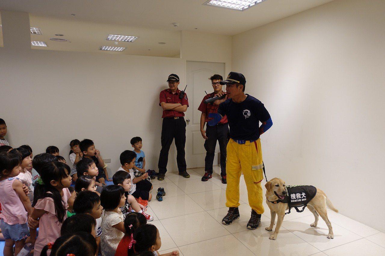 搜救犬BASS與大小朋友互動。記者劉星君/攝影